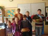 Wszystkie kobiety - małe i duże - od Samorządu Uczniowskiego dostały róże. czyli Kwiatek dla Ewy, Krysi i Marysi ..